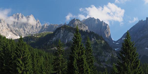 Panorama-Aufnahme des Wilden Kaisers an einem Sonntag morgen um 8 Uhr von der Wochenbrunner Alm aus aufgenommen.