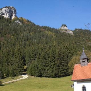 Burgruine Falkenstein und Picknickplatz bei der Kapelle