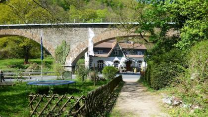 Nach Unterquerung des Tönissteiner Viadukts geht es wieder bergauf auf den Kurfürstenweg.