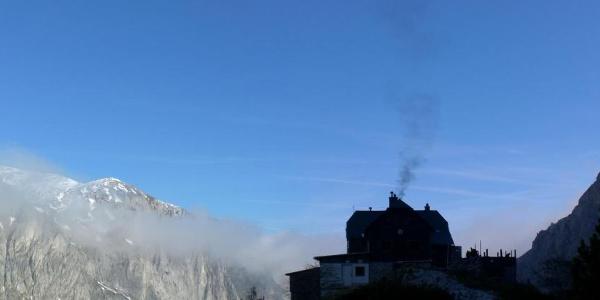 Morgenstimmung auf der Voisthaler Hütte - der Ofen ist schon warm.