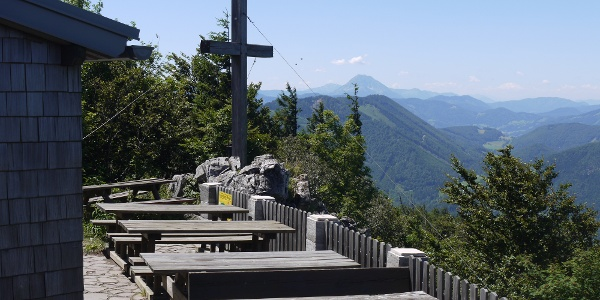 Gipfelkreuz beim Otto Kandler-Haus, im Hintergrund der Ötscher