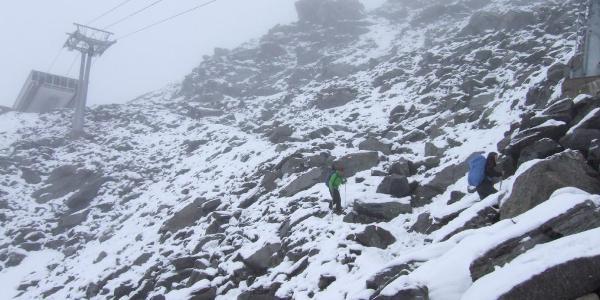 Abstieg durch Schneegestöber