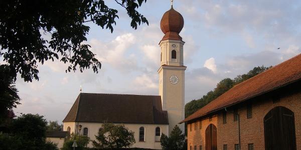 Die Wallfahrtskirche Mariä Heimsuchung in Polling  besticht auch durch eine schöne Innenausstattung.