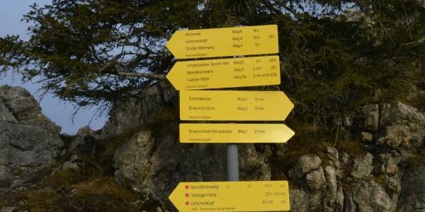 Etwas irreführend: Zur Tutzinger Hütte sind es je nach Schild zweieinhalb oder drei bis vier Stunden. Richtig ist Ersteres.