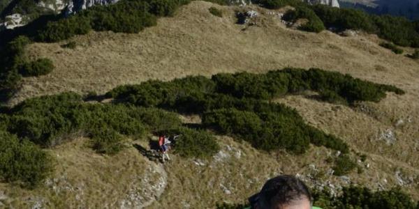 Leichte Kraxelei mit Aussicht. Die Drahtseil-Passage oberhalb des Rotöhrsattels ist frisch saniert. Und am Weg zur Tutzinger Hütte übrigens nicht zwingend nötig.