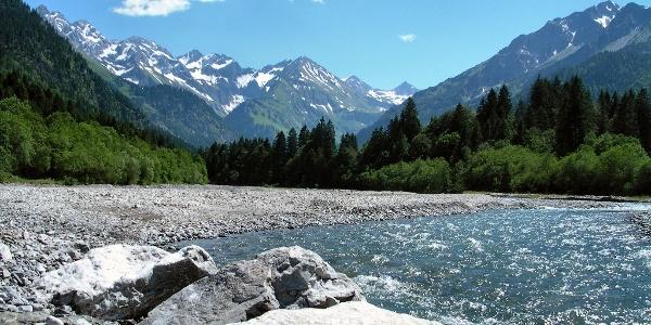 Die Stillach fließt durch das gleichnamige Tal.