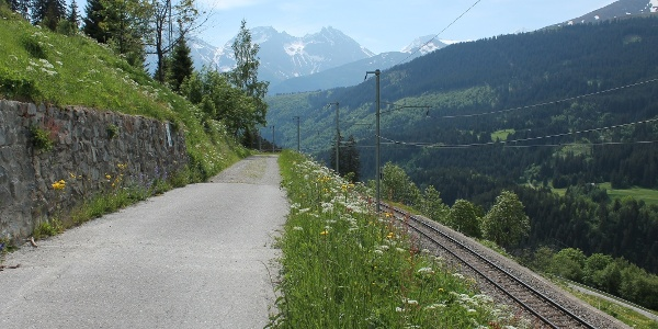 Bequemer Weg der Bahnlinie entlang