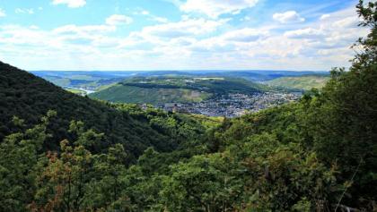 Blick auf Burg Landshut und Kues