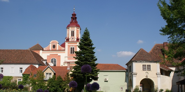 E-Bike Genusstour   Erlebnisstation: Schlosspark Pöllau mit Blick zur Kirche