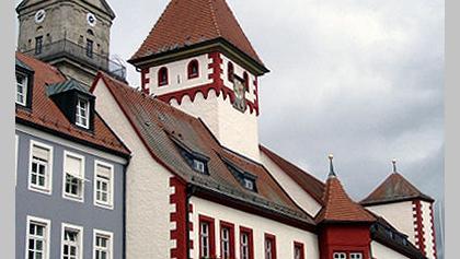 Markredwitz – das alte Rathaus am Markt in der Fußgängerzone, dahinter die evangelische St.-Bartholomäus-Kirche