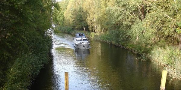 Brücken führen über die Kanäle und verbinden damit die Wanderwege in dieser seenreichen Umgebung.