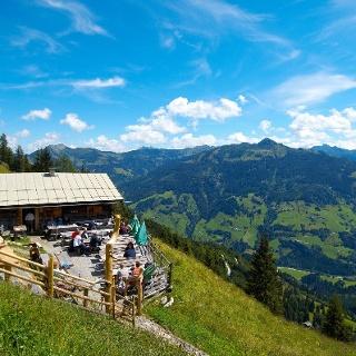 Hoch oben ist die Viehhausalm mit ihrer herrlichen Aussicht eine gern besuchte Einkehrmöglichkeit.