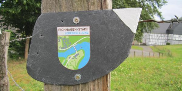 Wegmarkierung: Wappen von Eichhagen/Stade auf Schiefertafel