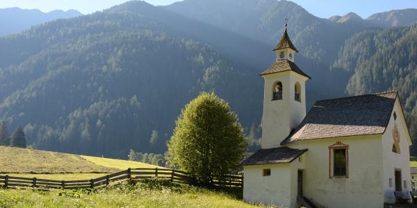 Beim kleinen Kirchlein von Sankt Josef (San Giuseppe) startet der Weg aus dem Antholzer Tal zur Rieserfernerhütte.
