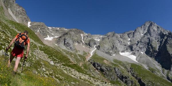 Aufstieg zur Rieserfernerhütte durch blühende Wiesen unter den Felswänden des Magerstein.
