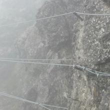 Seilbrücke bei Nebel