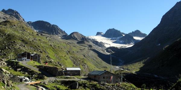 Der Bergrettungsstützpunkt, dahinter die Jamtalhütte. Im Hintergrund die Jamspitzen und die Dreiländerspitze.