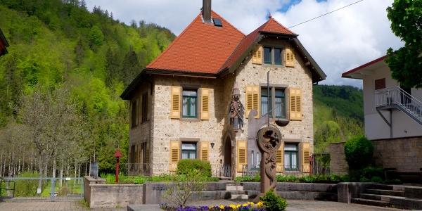 Bärenthal: Michaelsplatz mit Pfarrhaus