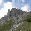 Kurz vor der Scharte sehen wir bereits die Wand mit dem Klettersteig. In der Scharte geht es links zum Klettersteig.