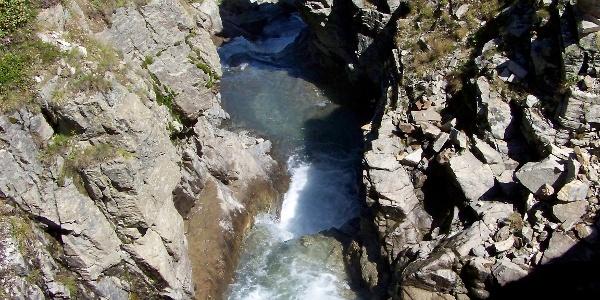 Das Wasser stürzt aus dem Klostertal.