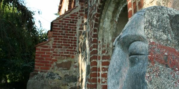 Die St. Johannes Kirche in Liepe wurde schon um das Jahr 1216 errichtet, hat aber auch moderne Kunst zu bieten.
