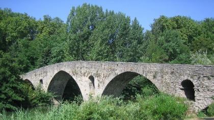 Über die Magdalenenbrücke ziehen die Pilger nach Pamplona ein.