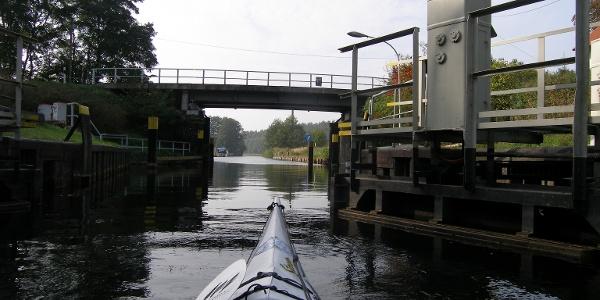 Die Diemitzer Schleuse hebt den Wasserstand auf das Niveau des Vilzsees.