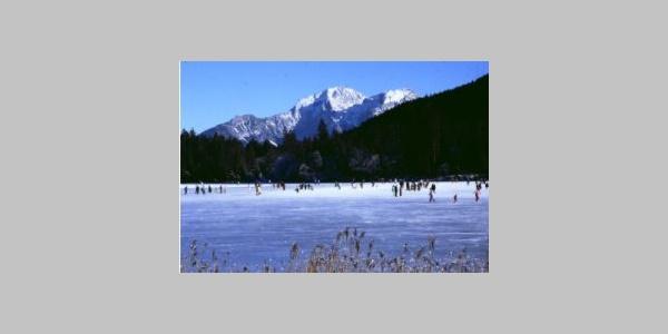 Der winterliche Hintersee mit Schlittschuhläufern.