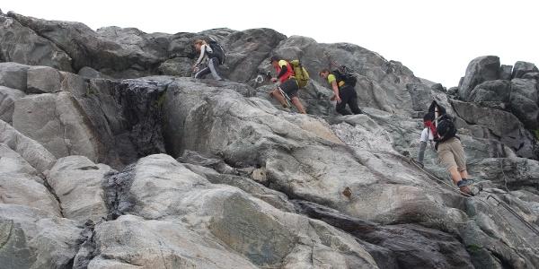Kurz vor der Hütte gilt es noch einige flachgeschliffenen und plattige Felsen zu überwinden. Seilversicherungen leisten wertvolle Hilfe.