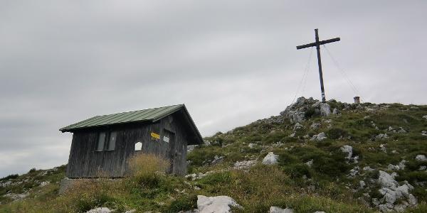 Gipfel der Benediktenwand (1801 m) mit der Biwakhütte