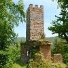 Oberhalb des gleichnamigen Ortes im Tal des Speyerbachs liegt die Ruine Erfenstein.