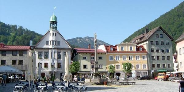 Der Marienplatz, links das Rathaus und zentral die Mariensäule