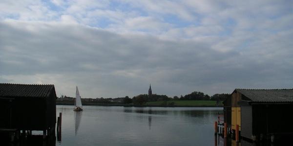 Am Südufer der Wünnow stehen einige Bootshäuser.