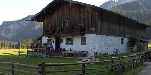 Die Hütte auf der Röthelmoos-Alm lädt zur Einkehr ein.