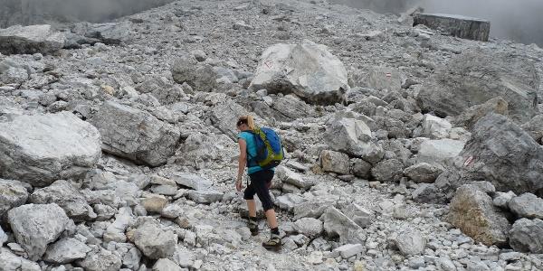 Kurz vor der Tribulaunhütte ist ein gewaltiger Felssturz zu queren.