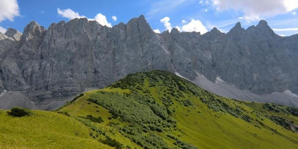 Ladizköpfl (Bildmitte, 1920 m), dahinter Laliderer Spitze (2588 m)