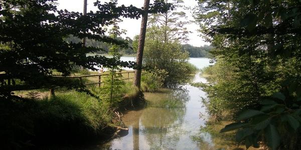 Am Zufluss vom Fohnsee in den Ostersee liegt linker Hand eine Badestelle.
