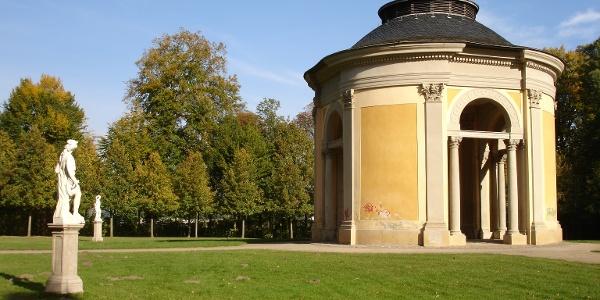 Der im Rokoko-Stil mit Elementen des Klassizismus angelegte Schlosspark verfügt über einen Gartenpavillon, eine Orangerie und ein Heckentheater.