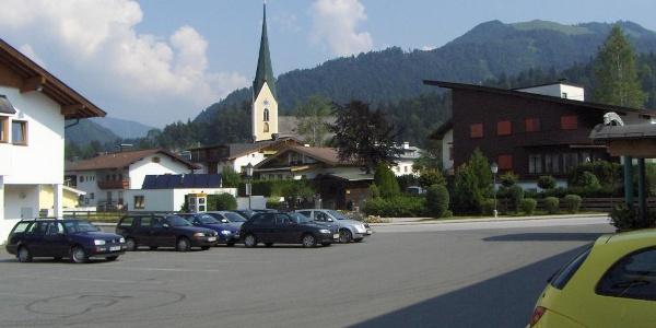 Der Parkplatz an der Grenzlandhalle liegt zentral im Ort.