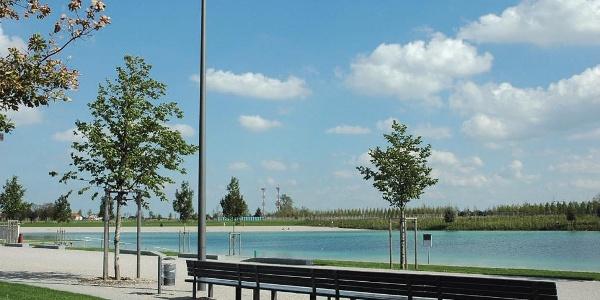 Der BUGA-See bietet eine Promenade am Ufer.