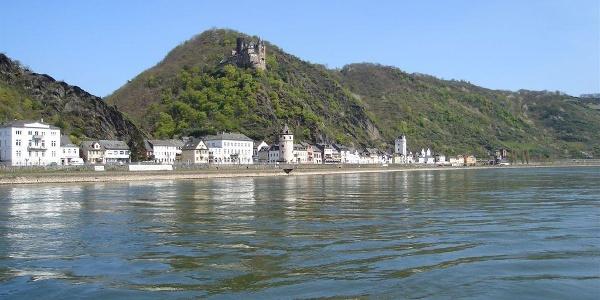 Auf der anderen Rheinseite liegt St. Goarshausen.