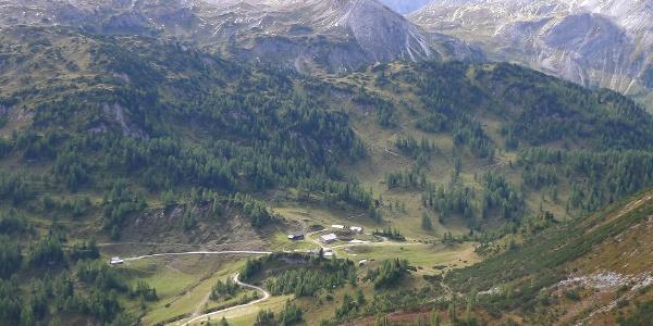 Südwienerhütte vom Spatzeck, bewaldet oberhalb der Hütte Scheibenkogel, Hengst, hinten Mitte, felsig- Höllkogel und Kesselkopf