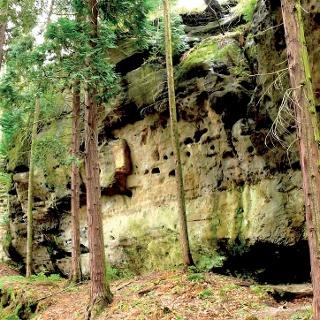 Typisch für die Region ist der zerfurchte und zerklüftete Sandstein