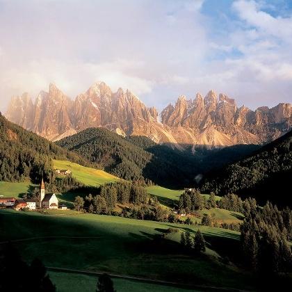 Blick auf das Villnösser Tal und die Geisler Spitzen