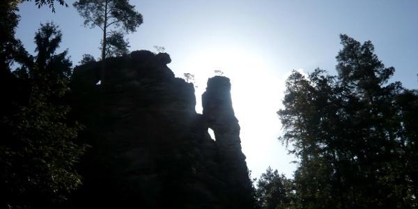 Die imposante Felsformation des Hochstein im Gegenlicht.