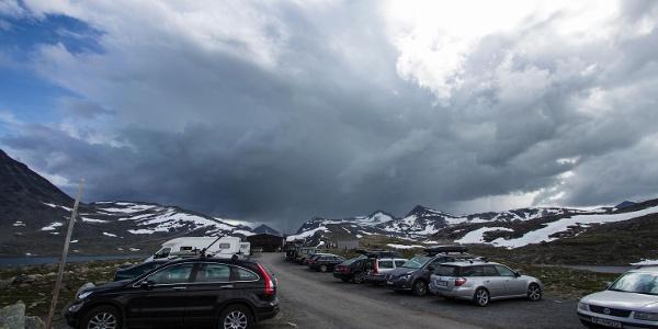 Der große Parkplatz mit der Leirvasbu im Hintergrund