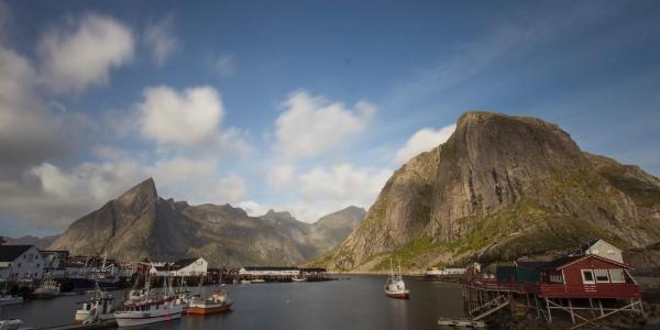 Schroffe Bergwelt, bunte Häuser, schöne Fischerboote. Wunderschöne Lofoten.