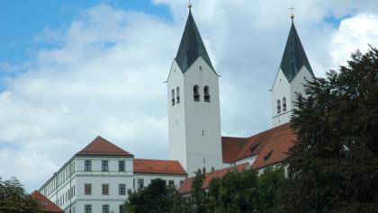 Der doppeltürmige romanische Dom ist das Wahrzeichen der Stadt Freising.