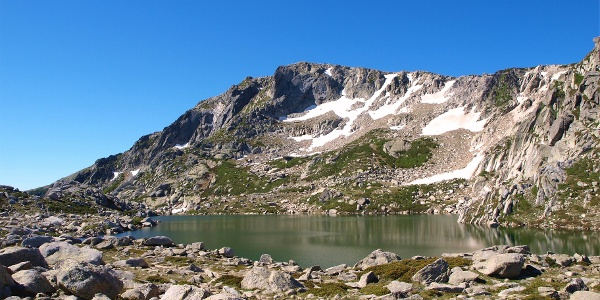 Sattel 2100 m mit erstem Blick zum See