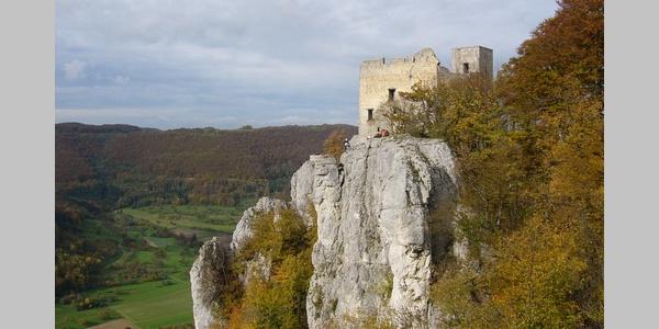 Blick auf die alten Gemäuer der Burgruine Reußenstein.